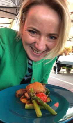 Anne holder grillmat, overlår av kylling med asparges, tomat, vårløk