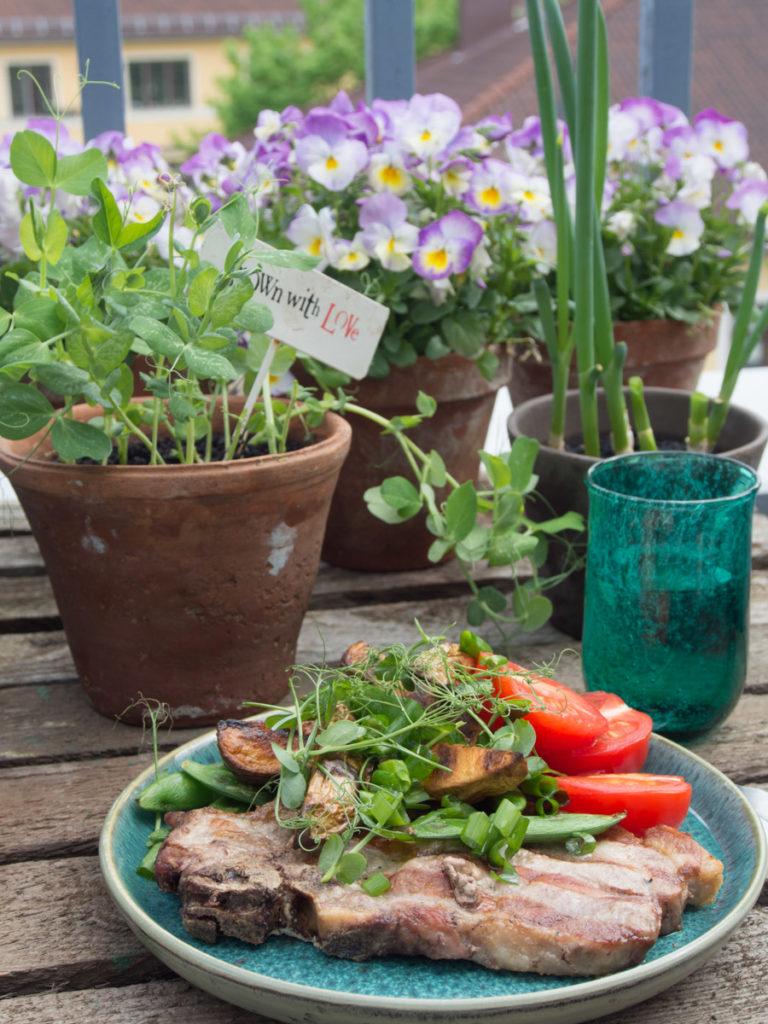 Grillmat. Kotelett med poteter, tomat og sukkererter. Alt laget på grillen,