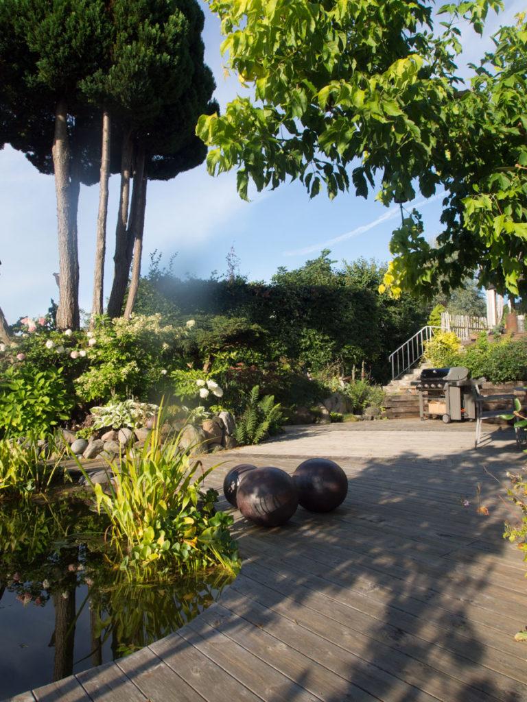 Flott terrasse med dam, sitteplass og grill
