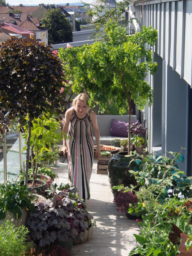 Anne går på balkongen og bøyer seg for å komme under treet Twisty Baby